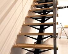 Escalier à limon central en acier laqué/bois