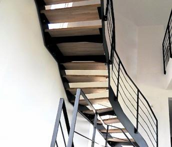 Escalier à limons latéraux acier laqué/bois