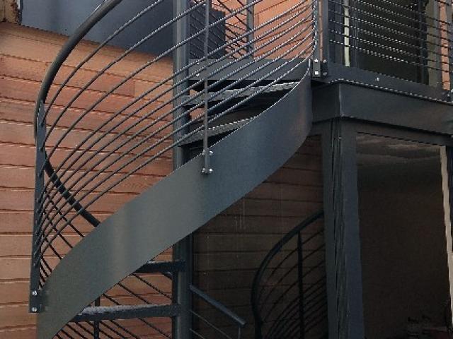 Escalier hélicoidal en acier laqué