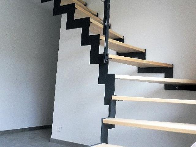 Escalier crémaillère en acier laqué/bois