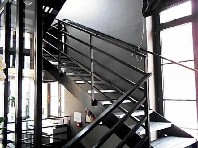 Escalier à limons latéraux en acier laqué/bois teinté
