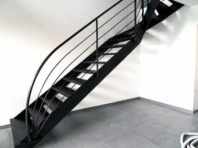 Escalier à limons latéraux en acier brut