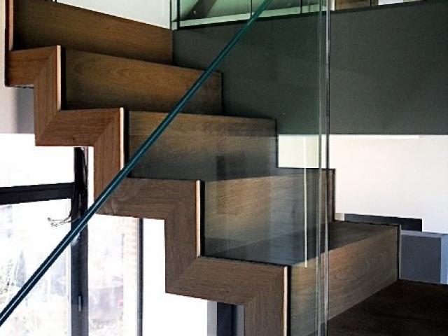 Escalier crémaillère en acier laqué/bois/verre