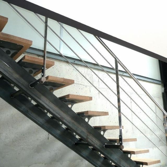 Escalier à double limon central acier/bois/inox