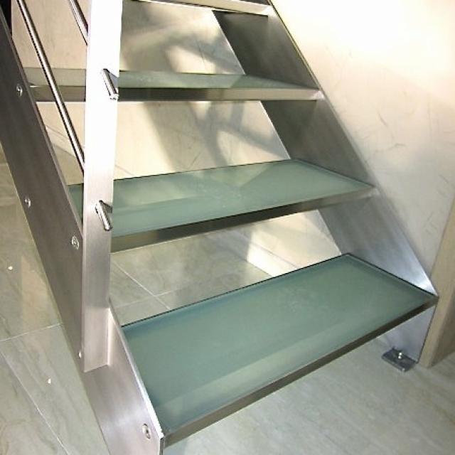 Escalier à limons latéraux inox/verre